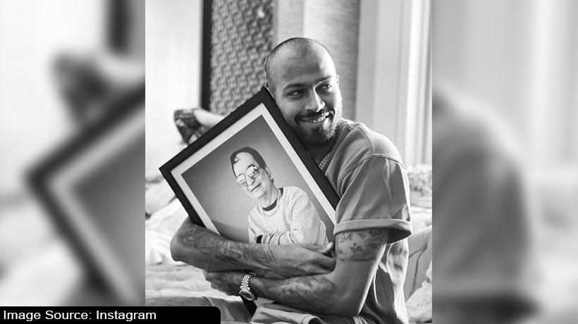 hardik-pandya-looks-all-happy-with-his-father's-portrait
