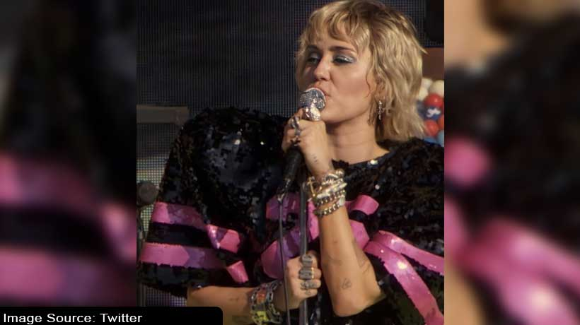 miley-cyrus-bursts-into-tears-while-performing-'wrecking-ball'-on-stage