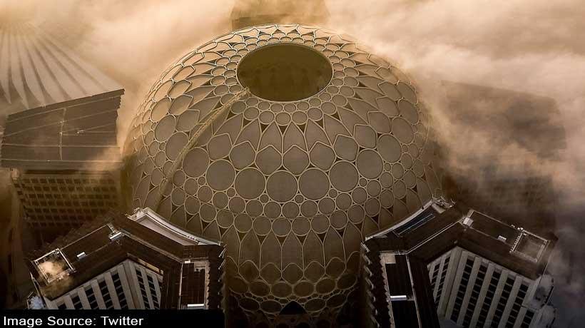 कोहरे की आगोश में दुबई एक्सपो 2020 का गुंबद
