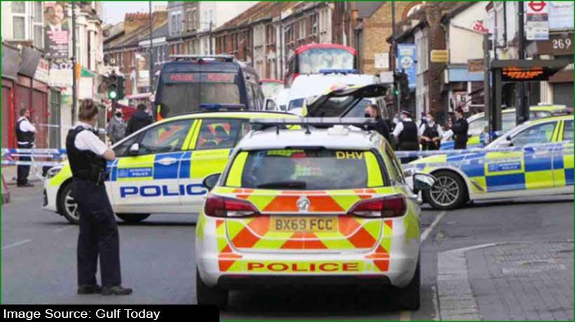 लंदन के शॉपिंग सेंटर में युवक की चाकू घोंपकर हत्या