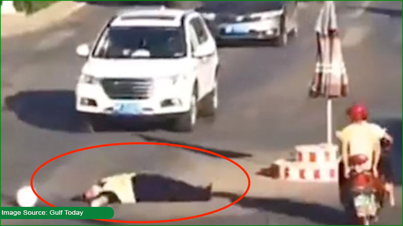 chinese-policeman-faints-falls-on-busy-road-due-to-scorching-heat