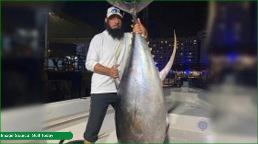 emirati-fisherman-catches-huge-tuna-fish