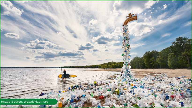 artist-shows-non-stop-flow-of-plastic-pollution